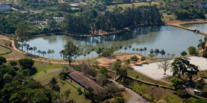 Vista aérea do grande lago da Quinta da Baroneza