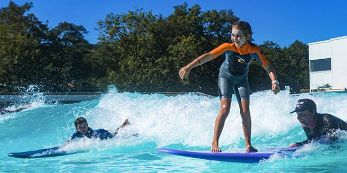Crianças tendo aulas de surfe na Fazenda da Grama